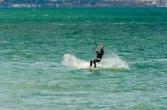 MÀLAGA, SPANIEN - 25. MAI, 201 Kiteboarder genießt, in Blau zu surfen Stockbilder