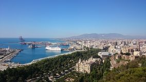 Màlaga-Stadt und -hafen mit einem Kreuzschiff stockfotografie