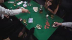 Máfia que joga o pôquer na tabela vídeos de arquivo