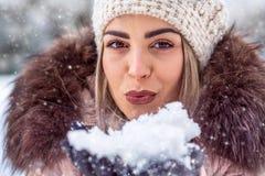 Mágica do Natal Mulher que funde a neve mágica fotografia de stock