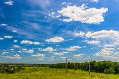A mágica do sol da mola colore o céu azul e a grama ensolarados bonitos da natureza Foto de Stock Royalty Free
