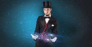 Mágico com conexão geométrica em sua mão Fotos de Stock Royalty Free
