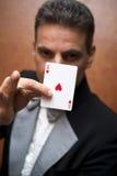 Mágico que executa com o cartão Fotografia de Stock Royalty Free