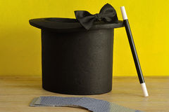 Mágicos chapéu, varinha, laço e uma plataforma dos cartões Fotografia de Stock Royalty Free
