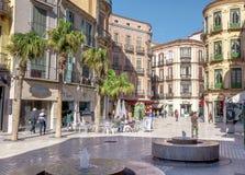 MÁLAGA - 12 DE JUNIO: Opinión de la calle de la ciudad con las terrazas de la cafetería y s Foto de archivo libre de regalías