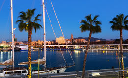 Málaga del puerto en el tiempo crepuscular Imagen de archivo libre de regalías