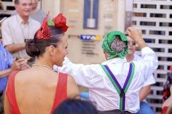 MÁLAGA, ESPAÑA - AGOSTO, 14: Bailarines en vestido del estilo del flamenco en t Imagen de archivo
