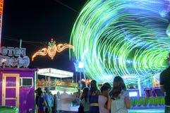 MÁLAGA, ESPAÑA - AGOSTO, 14: Luces de la noche y atracciones justas en Imagenes de archivo