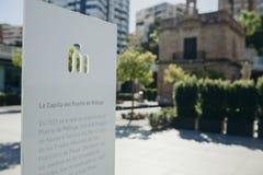 MÁLAGA, ESPAÑA - 29 de junio de 2017: La información con el texto en español en un tablero blanco sobre el ` s de Málaga vira la  Foto de archivo