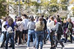 MÁLAGA, ESPAÑA - 8 DE MARZO DE 2019: Muchedumbre que marcha en Málaga central en el día de la mujer internacional para las derech fotografía de archivo