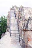 Málaga, España, febrero de 2019 Escaleras viejas y paredes de piedra antiguas de la fortaleza árabe de Gibralfaro Señal de Málaga fotos de archivo