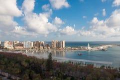 Málaga, opinión del tiltshift del puerto y de la tira de la 'promenade' de la orilla del mar Foto de archivo libre de regalías
