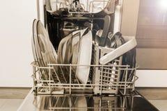 Máquina aberta da máquina de lavar louça com pratos e a cutelaria limpos, utensílios de mesa, estilo do vintage imagem de stock