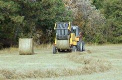 Máquina agrícola para pressionar balas do feno Foto de Stock