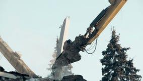 Máquina alta da demolição do alcance que arruina a construção abandonada, local de acidente do esclarecimento video estoque