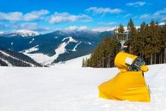 Máquina amarilla del fabricante de la nieve en las cuestas del esquí Fotografía de archivo