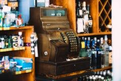 Máquina antiga da caixa registadora em uma loja fotografia de stock royalty free