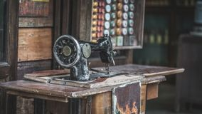 Máquina antiga do algodão da tela da costura fotografia de stock royalty free