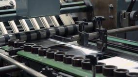 Máquina ascendente cercana en fábrica de la impresión almacen de video
