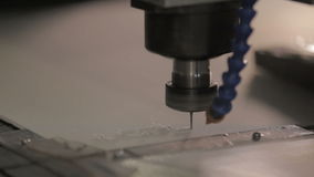A máquina automática do close up faz o sinal do logotipo do ledel no plástico claro video estoque
