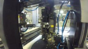 A máquina automática do close up opera-se na oficina da produção filme