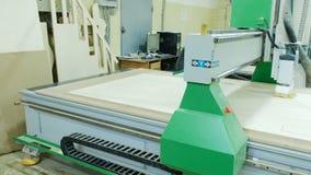 A máquina automática do woodworking cortou os detalhes em um painel de madeira, cnc moderno da máquina do woodworking vídeos de arquivo