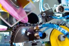 Máquina automática para serras de cadeia de moedura imagem de stock royalty free