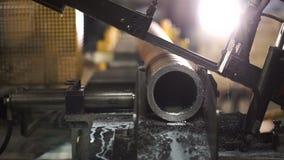 A máquina automática vê a tubulação do metal filme