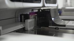 Máquina automatizada médica da análise de sangue Equipamento de laboratório diagnóstico clínico vídeos de arquivo