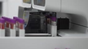 Máquina automatizada médica da análise de sangue Equipamento de laboratório diagnóstico clínico video estoque