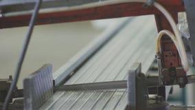 Máquina automatizada para cortar construções de aço vídeos de arquivo