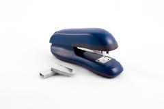 Máquina azul de la grapadora con las barras de sellos Fotos de archivo libres de regalías