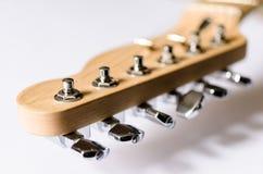 Máquina-cabezas y cabezal de la guitarra eléctrica aislados encendido Foto de archivo