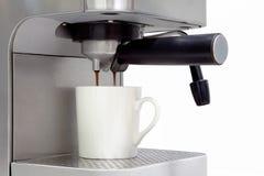 Máquina casera del café que hace el café express en un fondo blanco con c Imagenes de archivo