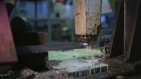 A máquina com banda de metal viu sawing lento densamente vídeos de arquivo