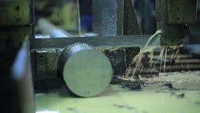 A máquina com banda de metal viu Trabalhos industriais filme