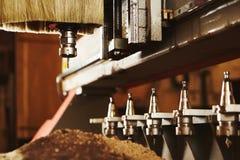 Máquina com controle numérico para cortar a madeira com vários bocados do router imagens de stock royalty free