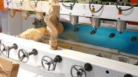 Máquina com uma broca para figuras da madeira filme