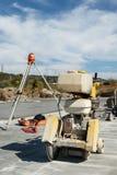 Máquina comum do cortador para o corte concreto em um terreno de construção Fotos de Stock Royalty Free