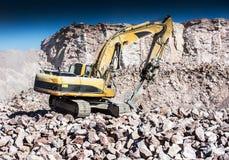 Máquina con el martillo del excavador Foto de archivo libre de regalías