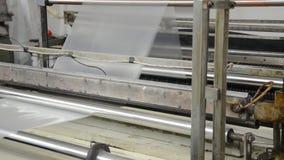 Máquina con el polietileno para la producción de las bolsas de plástico almacen de video