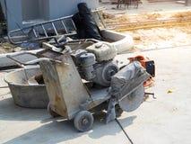 A máquina concreta do cortador está cortando a estrada do cimento imagens de stock royalty free