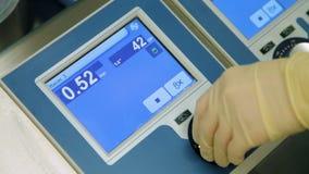 Máquina corazón-pulmón del control de Perfusionist en sala de operaciones Primer
