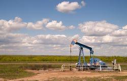 Máquina cruda de la extracción de Texas Oil Pump Jack Fracking fotografía de archivo
