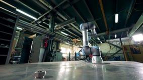 A máquina Cybernetic funciona com uma engrenagem, girando em uma tabela video estoque
