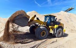 Máquina da construção pesada na mineração do aberto-molde - rode o carregador tr fotografia de stock royalty free