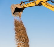 Máquina da máquina escavadora que descarrega a areia no canteiro de obras Imagens de Stock Royalty Free