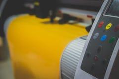 A máquina da etiqueta está funcionando Reduza a etiqueta amarela Fotografia de Stock