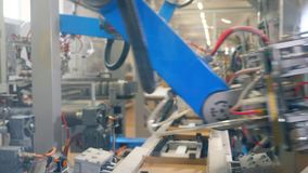 A máquina da fábrica está embalando caixas da caixa vídeos de arquivo