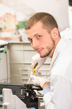 Máquina da fotocopiadora da fixação do técnico do tiro do close up Fotografia de Stock Royalty Free